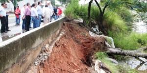 Desplome en margen del Carrizal en la capital de Tabasco fractura línea de agua potable