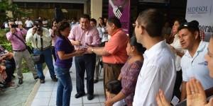 El gobernador entrega las primeras tarjetas Oportunidades para Campeche