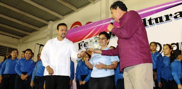 Alcalde entregó reconocimiento al Director de la Orquesta