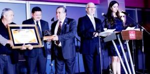 """Recibe el gobernador de Quintana Roo el premio """"Pochteca"""" de la asociación mexicana de editores"""
