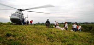 Entrega Protección Civil apoyos vía aérea y acuática a comunidades del sur de Veracruz
