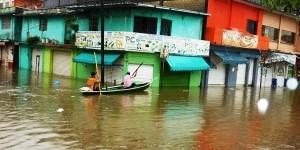Se desborda Río Coatzacoalcos inundando a Minatitlán
