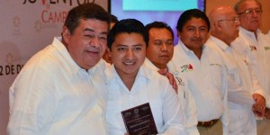 Entrega gobernador de Campeche Premio Estatal de la Juventud 2013