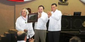 Recibe Arcadio Poveda la medalla «Héctor Victoria Aguilar» en Yucatán