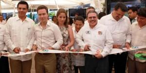 Entrega gobernador de Chiapas Manuel Velasco guías ERA a estudiantes