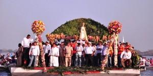 Asisten miles de turistas al paseo de la virgen de La Candelaria