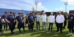 Visita Roberto Borge campo de entrenamiento de los Tigres de Quintana Roo