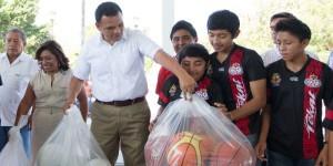 Inaugura Gobernador de Yucatán cancha de usos múltiples en Tekat
