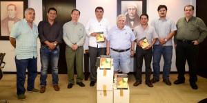 Entrega Grupo DG lote de libros históricos sobre Tabasco a la UJAT