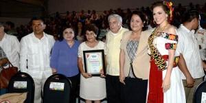 La flor Tabasco 2014 recibe al gobernador Arturo Núñez en el stand de Nacajuca