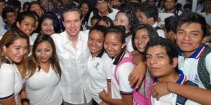 Anuncia el gobernador Manuel Velasco mil 200 becas para universitarios en Chiapas