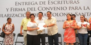 Entregan escrituras a 100 familias de Coatzacoalcos y firman convenio para regularizar la Santa María