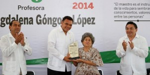 Entrega Gobernador de Yucatán reconocimiento Maestro Distinguido 2014