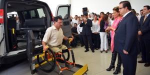 Entrega gobernador Javier Duarte unidades de Transporte Adaptado para Personas con Discapacidad