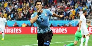 Suárez rescata a Uruguay y hunde a Inglaterra