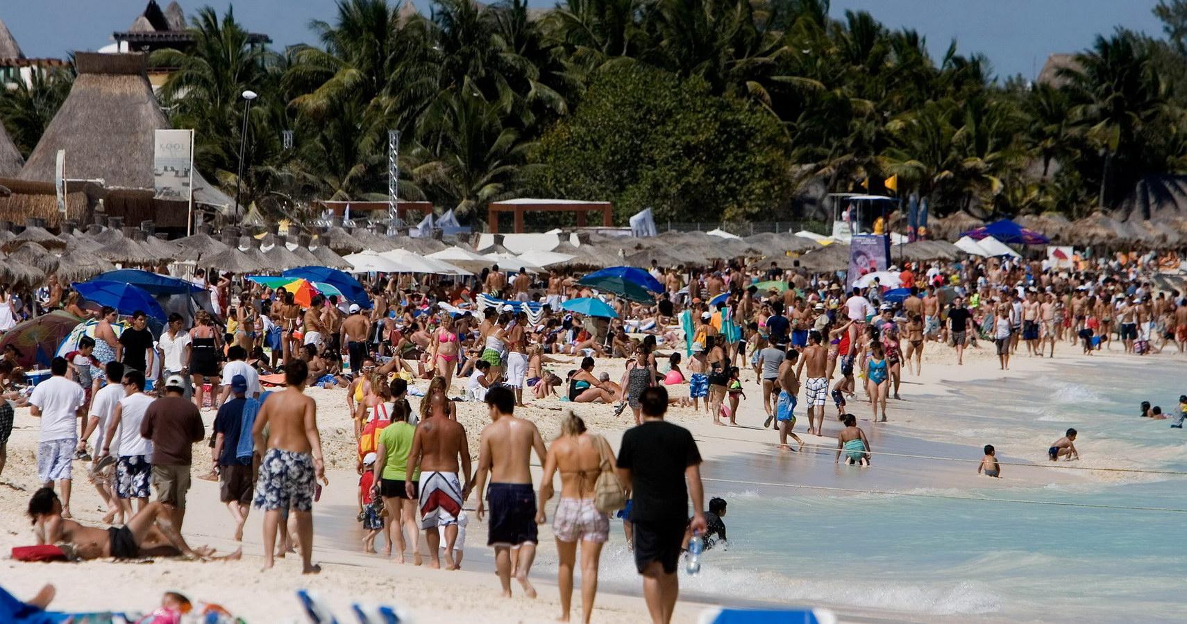 Turistas en Playa Mamitas - Playa del Carmen