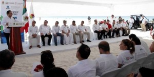 Iza el gobernador la bandera Blue Flag en las playas Delfines, Chac Mool y las Perlas