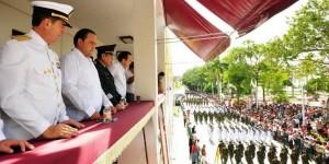 El gobernador Roberto Borge encabeza el desfile cívico militar por el CCIV Aniversario de la Independencia