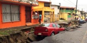 La tierra se traga los coches en el Puerto de Veracruz
