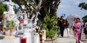 Miles de visitantes cumplen la tradición en los cementerios de la capital de Yucatán