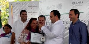 Entrega el gobernador apoyos a beneficiarios a vocales de comités de promoción comunitaria PROSPERA