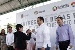 Entrega el gobernador becas escolares y apoyos de excelencia estudiantes de Benito Juárez