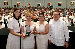 Entrega Mariana Zorrilla de Borge medalla al mérito distinguida Quintanarroense Cristina Sangri Aguilar