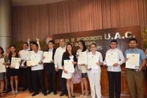 Entrega rector de la UAC medalla al Mérito Universitario a docentes y administrativo