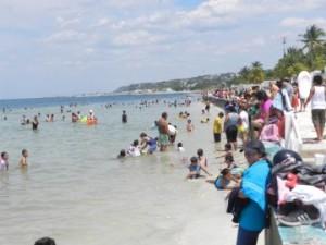 Miles de visitantes acudieron a refrescarse en las aguas de Playa Bonita en Campeche