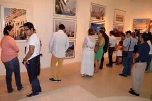 Público entusiasta asiste a exposición fotográfica Tel Aviv