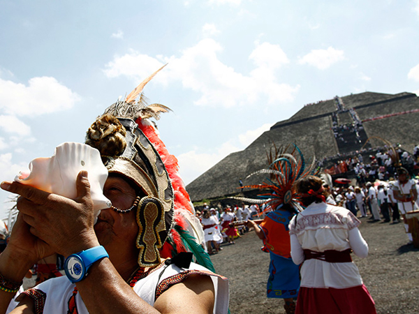 acuden miles a Teotihuacán