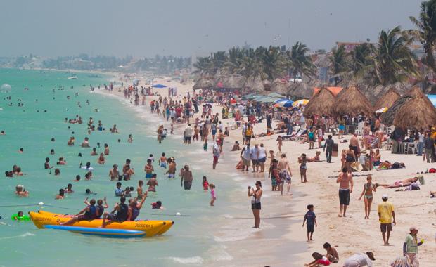 Llena turismo nacional playas de Progreso
