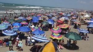 Familias tabasqueñas disfrutan playas y ríos