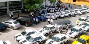 Protestan taxistas piratas en la SCT