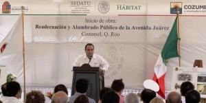 Coloca el gobernador la primera piedra del alumbrado público en Cozumel