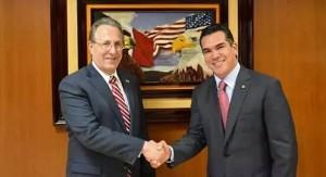 Alejandro Moreno con el Embajador Wayne