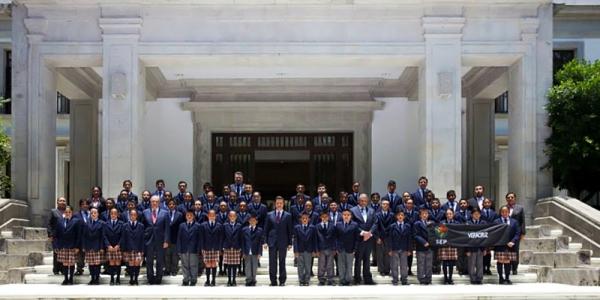 Alumnos de Veracruz con EPN en los pinos reconocidos