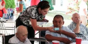 """Festeja Mariana Zorrilla de Borge """"Día del Adulto Mayor"""", en casa hogar de los abuelitos"""