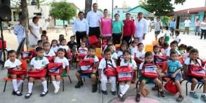 Entrega Mariana Zorrilla de Borge mochilas y útiles escolares en Tulum