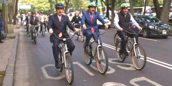 Llegan al senado en bicicleta