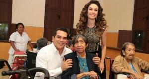 Alejandro Moreno y su esposa Cristelle grandes de corazón, conviven con adultos mayores