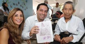 El alcalde de Mérida y su esposa conviven con adultos mayores ante la llegada de la navidad