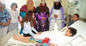 Visita Christelle Castañón de Moreno a niños en el hospital de espacialidades en Campeche