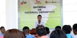 Entrega Mariana Zorrilla de Borge material deportivo en centro de ejecución de medidas para adolecentes