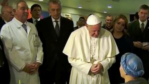 Conmueve paciente del Hospital Infantil al cantar el Ave María al Papa Francisco
