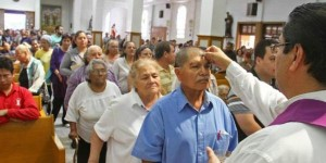 Celebra la comunidad católica miércoles de Ceniza