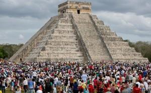 Miles de visitantes atestiguan el fenómeno de luz y sombra en Chichén Itzá