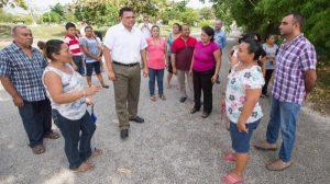 Rolando Zapata visita a vecinos del fraccionamiento Chenkú
