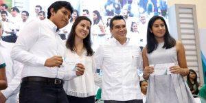 Entrega el gobernador Alejandro Moreno Cárdenas cerca de 5.5 MDP en becas académicas