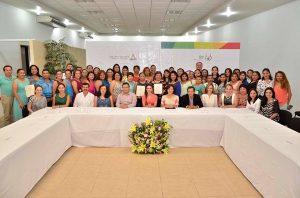 Entrega Christelle Castañón de Moreno, reconocimientos al Fortalecimiento Integral de las Familias campechanas